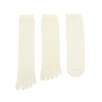 インナーに履くのは、こちらの3足。左から「シルク5本指靴下」「ウール5本指靴下」「シルク先丸靴下」を順に履いていきます。吸湿と保湿、保温のバランスを考え、足先が汗ばむことなくポカポカしますよ。