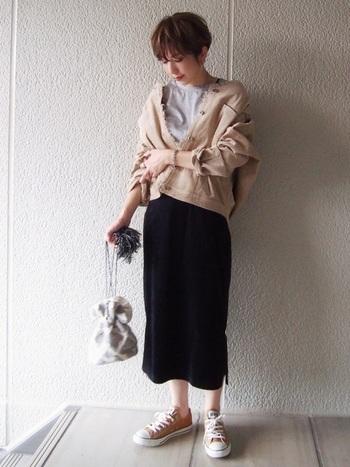 これからの深まる季節に一着は持っておきたい、コーデュロイジャケットを使ったコーディネート。同系色のコンバースと合わせて、カジュアルの中にも統一感もプラス。