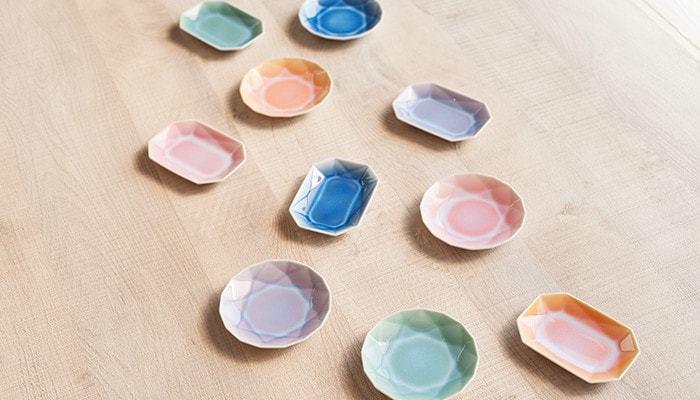 まるで宝石のような輝きを放つ豆皿がキュート♪有田焼の伝統的な技術が美しいですね。ふんわりとした可愛らしさもあり女性が喜ぶギフト間違いなしです。和三盆にあわせて贈ってもぴったり。