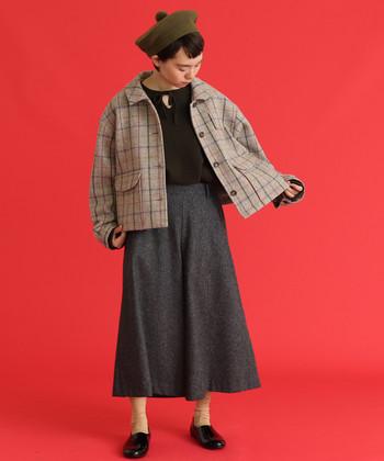 ちょっぴりレトロな雰囲気のウールジャケット。チェック柄が可愛らしいですね。ゆとりのあるデザインなので、中にニットを着込んでもすっきりと着られますよ。ボトムスはチェックの色に合わせて、選んであげても◎。