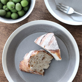 シンプルで温かみのある作品で人気の「イイホシユミコ」さんと木村硝子店がコラボしたディシィーズのプレート。落ち着いていながらモダンな雰囲気のある食器は、秋のおしゃれなテーブルに似合いそうです。
