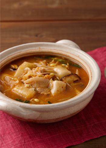 身体がポカポカ温まる、冬野菜やキムチをたっぷり使ったピリ辛チゲ鍋のレシピです。コチュジャンや合わせ味噌、定番調味料で作りやすくなっています。トッポギの代わりにお餅を入れて、ガッツリと楽しみましょう!