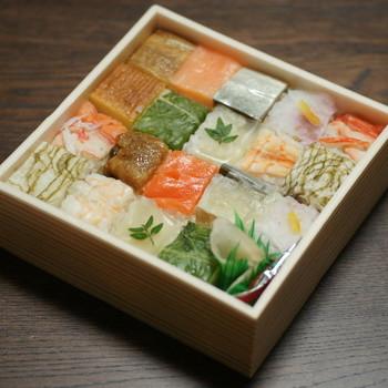 モザイクタイルのようにかわいらしい「古市庵(こいちあん)」の浪花寿司。テーブルを明るく彩ってくれる、カラフルな手土産です。