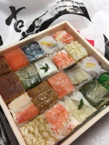中には、カニや玉子など、10種類の押し寿司が2つずつ入っています。「古市庵」のお店は全国にたくさん!気軽に買うことができるのも、嬉しいポイントですね♪