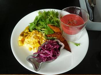 ランチタイムは、サラダとスープをプラスするのもおすすめです。鮮やかなスープや新鮮な生野菜のサラダは、個性豊かなパンの味をより引き立ててくれます。