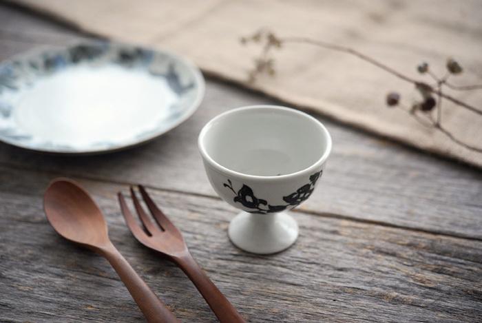 こちらは、同じく松本郁美さんの馬上杯。戦国武将が出陣などの際に、勝利を祈願して馬上で飲んだのだとか。お酒だけでなく、小鉢やデザートの器として使えますが、上でご紹介した豆皿をソーサーとして使うとおしゃれ。素敵な豆皿の使い方ですね。