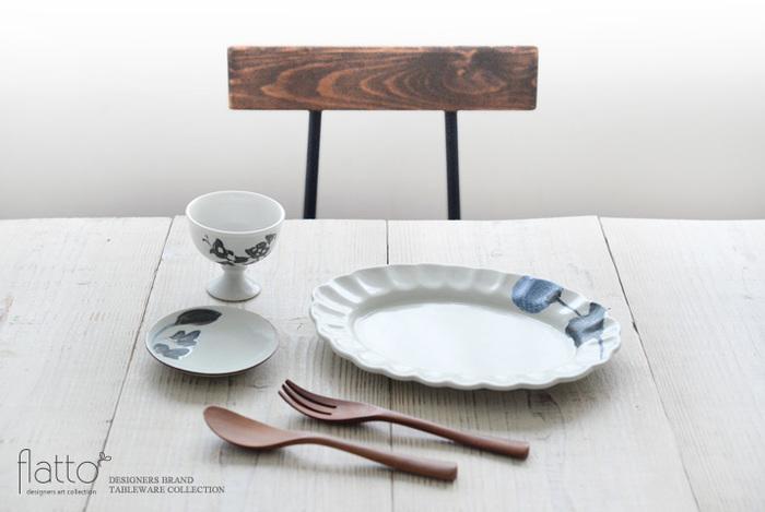繊細なデザインの作家ものの豆皿なら、同作家・同シリーズの絵柄でそろえるのもイメージが統一されます。写真は、中国の古陶器もお好きで、古美術のような風合いを持つ作品を手掛ける「松本郁美」さんの唐草模様の器です。