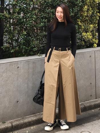 メンズライクな極太パンツは、タイトな黒Tシャツ&ウエストマークでメリハリを効かせた着こなしに。黒×ベージュの王道カラーも、シルエットで変化をつけてみましょう。