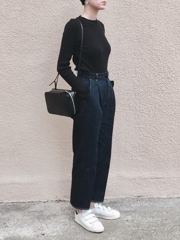 ぜひ試して欲しいのが、クールで上品な黒の長袖Tシャツ×ネイビーボトムスの組み合わせ。白のスニーカーで足元に明るさを加えるのがポイントです。