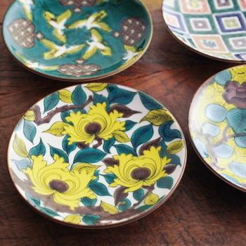 九谷焼「青郊窯」の豆皿。伝統の九谷焼を、日々の暮らしで気軽に使えるように生まれ変わらせた名品コレクションです。取り分け皿として各種そろえれば、秋のテーブルの上品な差し色にもなります。