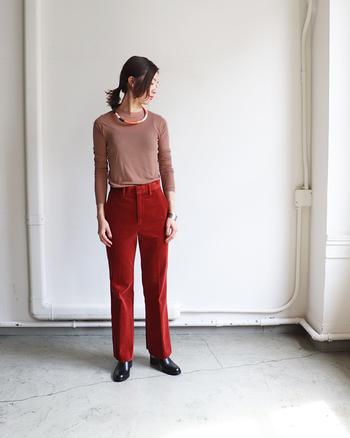 大人っぽいピンクベージュピンクのロングTシャツは、あえて鮮やかなレンガ色のパンツと合わせて個性的な秋コーデに。さらに暖色マルチカラーのネックレスで首元に遊び心を添えて。