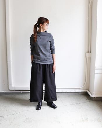 「nisica(ニシカ)」の 定番のカットソーは、襟が少しだけ立ち上がったガンジーネックがポイント。シンプルな中にさり気なく個性が感じられます。