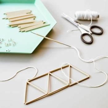 ストローをカットして、糸を通してカタチを仕上げていきますよ。糸の結び方など、細かいところまで説明書に書かれているので初心者さんでも安心。