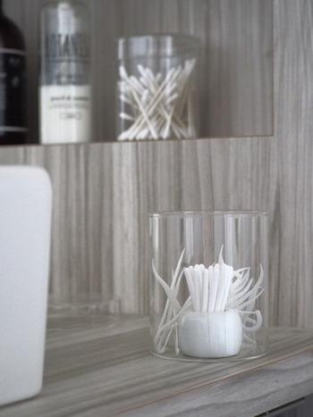 綿棒や糸ようじなど使用頻度が高い消耗品は、ふたが片手で取り外せる容器に詰め替えて使い勝手よくしましょう。ガラスの容器に入れると、なんだかホテルライク♪