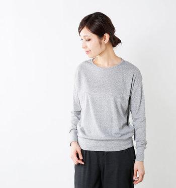 「NARU(ナル)」のロングTシャツは、ふんわり柔らかなソフトフライスコットンを使用。程よくゆったりとしてたシルエットで、パンツにもスカートにも合わせやすいのが魅力です。