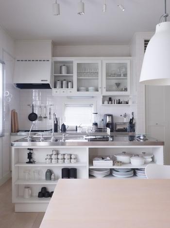 スッキリとしたビジュアルが美しい北欧スタイル。それに似合うよう、ごちゃつきがちなキッチン収納は手を抜けないエリアです。 調味料のボトルを揃える、外に出すキッチンツールのテイストを合わせる……小さな努力の積み重ねで、料理をするのが楽しくなるキッチンが完成します。