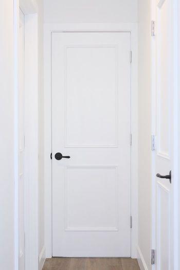 海外インテリアで見るように、趣きのあるドアが欲しい!と思っても、賃貸に住んでいる場合だと、色やドアノブのかたちが好きでないこともありますよね。 けれど今は剥がせるシールタイプの壁紙も多く手に入る時代。モールディングやマスキングテープなど、工夫とアイデアで、北欧スタイルの似合うドアに変身させてみませんか?