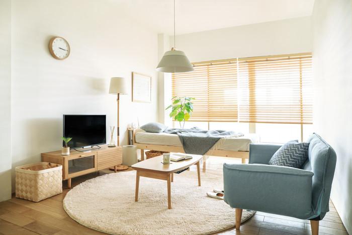 お気に入りの北欧スタイルの家具でまとめた部屋だけど、なんだか息苦しい感じ。そんな方は、室内の家具の高さをもう一度考慮する必要がありそうです。  四方に背丈の高い家具が置いてあったり、ロータイプと背の高い家具がバラバラに配置してあったり。家具の高さを揃えるだけで、部屋の中には驚くほど解放感が生まれます。北欧らしい美しい曲線もきっといきいきとするはずです。