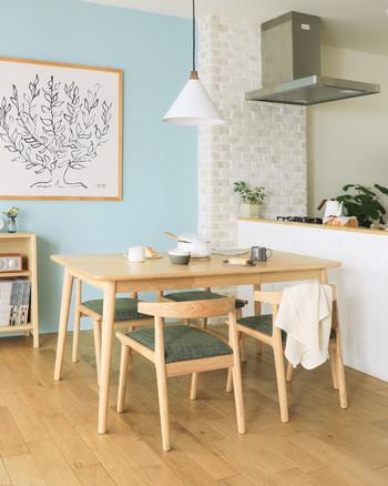入居したときの真っ白な壁紙、何だか殺風景に感じてしまうと思ったときは、1面だけ壁の色を変えてみるのがおすすめです。 壁紙の上からでも貼れるアクセントクロスを用いて、北欧インテリアの似合う部屋にイメージチェンジ。 お部屋の印象が大きく変わるので、色やデザインは慎重に選んでくださいね。