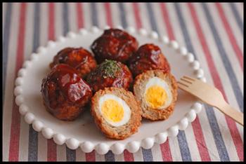 うずらの卵を包んだ、ミートボール風のスコッチエッグ。茹でて火を通すのが丸く作るポイントです!断面が可愛く、お弁当に入れれば喜んでもらえること間違いなし♪