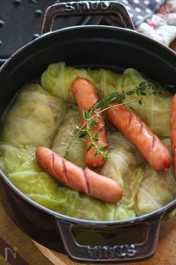 寒い時季にぴったり!でも作るのが難しそう…」という方にもおすすめの、豚バラを使った簡単ロールキャベツレシピです。シンプルな味付けで、キャベツの自然な甘味を楽しめますよ。
