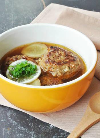 れんこんやごぼうなどの根菜類も、身体を内側から温める効果があると言われています。さらに生姜と唐辛子をスープに加えれば、温まること間違いなし!ソースで味つけした食べごたえのある根菜つくねに、さっぱりスープがよく合います。
