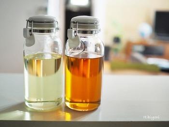 サラダ油やごま油などガス周りでよく使う調味料。 大きなボトルのままだと使いにくい上に、見た目もバラバラで雑多な印象になりがち。密閉式の液体用ボトルに詰め替えてあげると、コンロ周りに出しっぱなしでも生活感を軽減できます。もちろん使いやすさも◎