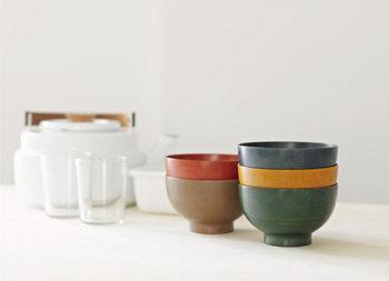 シンプルな形状でありながら、漆器にはあまりない豊富なカラー。【お椀やうちだ】の「色拭き漆椀」は、ツヤを抑えた独特な技法で、木目の美しさもはっきり感じられます。