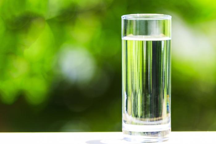 お水、飲んでいますか?寝ている間に失われた水分を補うためにも、朝起きたらお水を飲む習慣を心がけましょう。できれば常温がベストです。たっぷりと水分補給することで代謝があがり、身体も心もスッキリ。年齢や体重によっても変わってきますが、一日1リットル以上は意識して水分補給をすると良いとされています。身体が冷えてしまわないように、白湯を選んでもいいですね◎