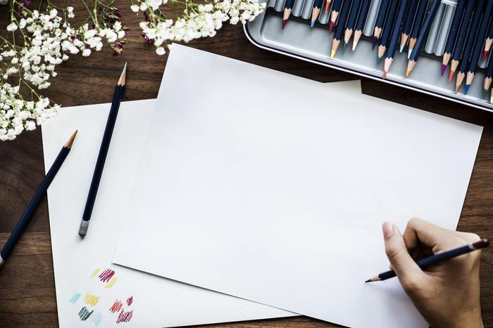 いつもの色鉛筆と同じように、絵を描けばOKです。線を残したい場合は色鉛筆を立ててしっかりめに描き、滲ませて水彩画タッチにしたい部分は、色鉛筆を寝かせてやさしく描くとよいでしょう。