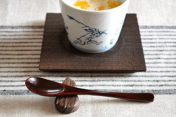 秋はシックなカラーでまとめるのもおすすめ。こちらは、金沢桐工芸の老舗「岩本清商店」の茶托とひょうたん箸置き。蕎麦猪口と組み合わせて、和の心溢れるおもてなしを。