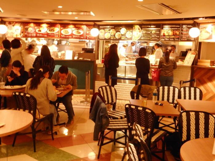 表参道の駅構内。Echika表参道にある「VIETNAMESE CYCLO(ベトナミーズ シクロ)」。フォーやシンガポールチキンライス、ガパオライスなどアジアンテイストのランチが楽しめるお店です。駅近なので、お仕事の合間や待ち合わせの前にサクッと食べたい時に便利ですね。