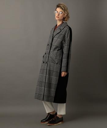 かっちりとしたテーラードやトレンチよりも、比較的オーバーサイズに作られているチェスターコート。小物もマニッシュなもので揃えれば、英国紳士のような素敵な仕上がりに。細い足首を出したり、カバンをコンパクトなものにするなどどこかに女性らしさもプラスするのがポイントです。