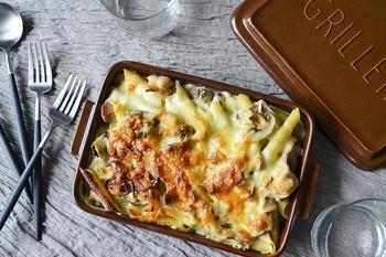 余ったシチューがあれぱ、ショートパスタとチーズで簡単にグラタンが作れます。パスタをご飯にしたら、ドリアにもなりますね。