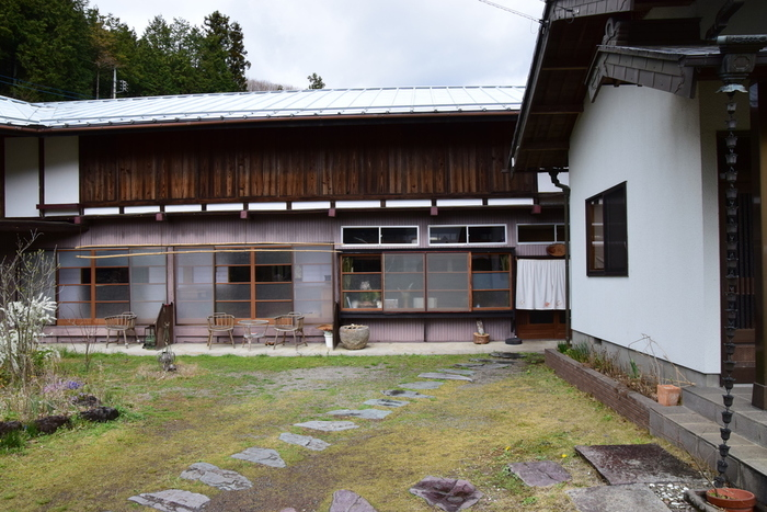 高崎市の郊外にある古民家カフェ「七五三」。平屋作りの大きな一軒家は、素朴な中にも温もりを感じますね。完全予約制のカフェということもあり、落ち着いた雰囲気です。