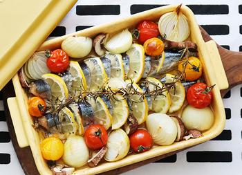 秋刀魚とレモンスライスなどの野菜がならび、見た目もきれいな料理です。魚や野菜の食材は、お好みのものに変更しても美味しくできますよ。