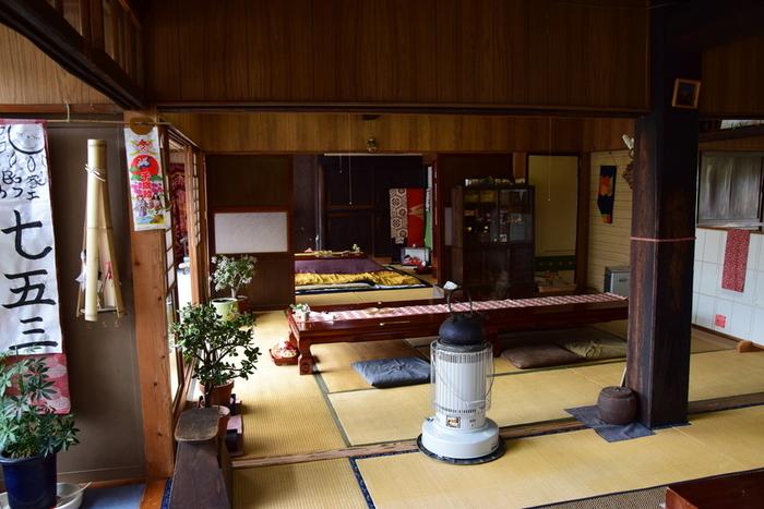 広いお座敷に置かれた大きなテーブル。太い柱やストーブなど、おばあちゃんのおうちに来たような懐かしさが感じられます。築100年を超える古民家をリノベーションしているそうで、あちこちにレトロさが伺えます。