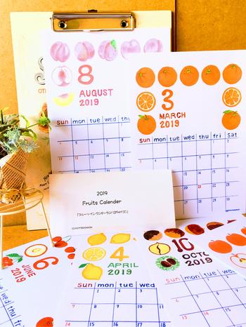 水彩色鉛筆と絵の具を使ってカレンダーに添える絵を描きませんか。一気に12ヶ月作るのではなく、1~2ヶ月ごとに少しずつやることにすれば、スキマ時間でもできますよね。  ポイントはお手本のようにテーマを決めて描いていくこと。全体的に統一感が出てステキです。