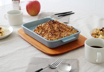 カットしたりんごの上に、クランブル生地をかけて焼き上げるケーキです。ひと息つきたい、この時季のおやつタイムにいかがですか?