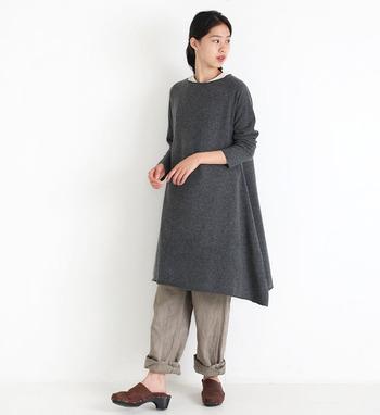 シンプルなグレーのチュニックは、袖や首元がくるんとロールしたデザインになっているのが特徴的なアイテムです。Aラインに広がるシルエットなので、体型カバーも叶えてくれます。ベージュのワイドパンツをロールアップして、三首を見せた着痩せコーデに。