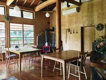 大きな窓や高い天井が開放的な店内は、別荘にいるような心地よさ。完全予約制なので、待ったり混雑することなく、ゆっくりとお食事を楽しむことができます。