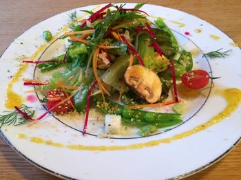 お料理に使うお野菜は、自然栽培、無農薬のオーガニックにこだわり、すべてのお料理には肉、魚、乳製品、卵、精製食材は不使用。その日の仕入れによってメニューが変わるので、何度訪れても新しい発見があります。