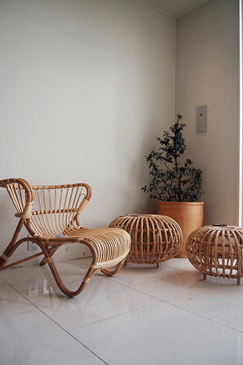 どこか懐かしさも感じる、趣のあるラタンのインテリア。ラタンに使われる植物の『籐』は、加工されても呼吸をし続け、その家々に寄り添い馴染んでいきます。一緒に成長できるラタンのインテリアをお部屋に迎えませんか?