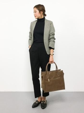 マニッシュなジャケットスタイルならよりきちんと感がアップします。シンプルなアイテムなので、普段から使えますね。 靴はローファーを選んでぺたんこでもオフィスライクに。