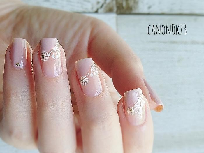 長すぎるネイルや派手なネイルアートは結婚式ではNG。薄めのピンクやベージュなど、ナチュラルな色味で控えめなデザインのものにしましょう。