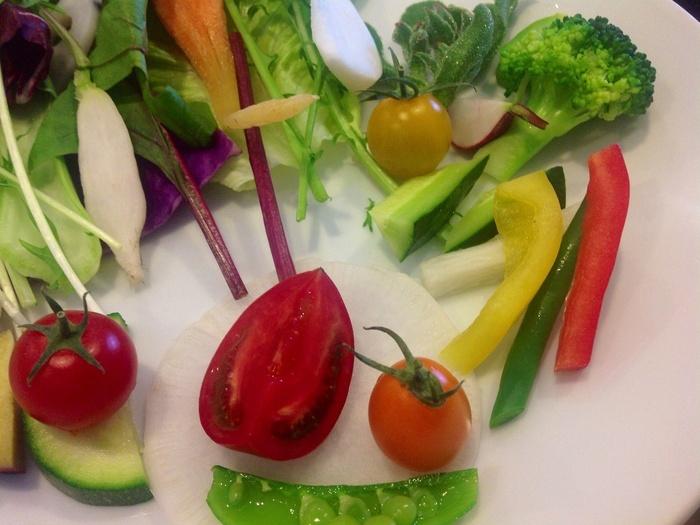 """こちらは、1番人気の「ベジフルランチ」。""""朝摘みお野菜のパレット""""は20種類以上のお野菜を3種類のドレッシングでいただきます。"""