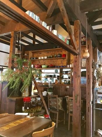 """アンティークの雑貨やグリーンがステキな店内。""""のんびり優しい時間を過ごしてほしい""""というオーナーの気持ちが伝わるような温もりのある雰囲気です。このエリアで1番人気のカフェというのも納得です。"""