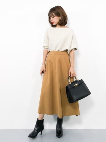 キャメルのスカートを取り入れて秋ムードを盛り上げましょう。トップスには白を投入することで重くなりすぎないように。