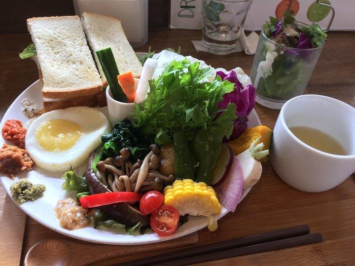 「茶蔵坊ディップセット」は、プレートからあふれそうなほどたっぷりのお野菜がいただけるランチメニュー。ほかにもジャムや卵、スープなど盛りだくさんです。新鮮さはもちろん、生産者の顔が見える地元食材にこだわっています。安心・安全なお野菜がいただけるのはうれしいことですよね。