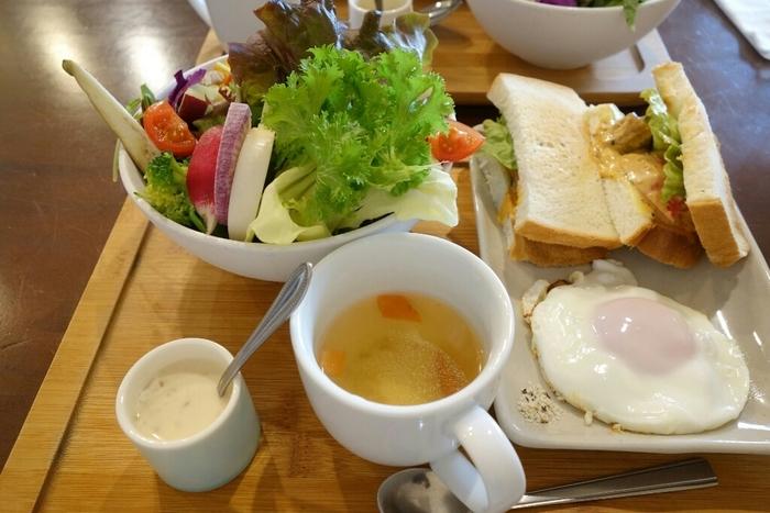 こちらは「茶蔵坊フレッシュサラダセット」。サラダはスモークサーモンとアボカド、ローストチキンとアボカドなど5種類から、パンは3種のジャム付きのトーストのほか、オプションで5種類のサンドイッチからセレクトできるので、毎日通いたくなるほどバリエーション豊かです。体の中から健康になれそうなお野菜ランチを、ぜひ楽しんでみてくださいね。
